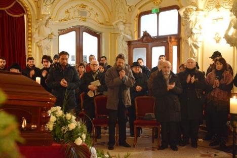 În ropote de aplauze: Actorul Ion Abrudan, omagiat de orădeni în Teatrul Regina Maria (FOTO/VIDEO)