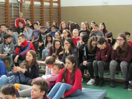 Multiplul campion la karate tradiţional Raul Tudorică, în mijlocul elevilor Şcolii Gimnaziale Nr. 11 din Oradea (FOTO)