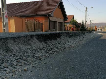 Blocaţi în curţi: Localnicii din Hidişelu de Sus reclamă că reabilitarea DN 76 le blochează accesul în propriile gospodării (FOTO / VIDEO)