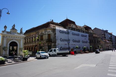 Încă unul! Palatul Klobusitzky din Oradea, de la intrarea pe pietonala Republicii, intră în reabilitare
