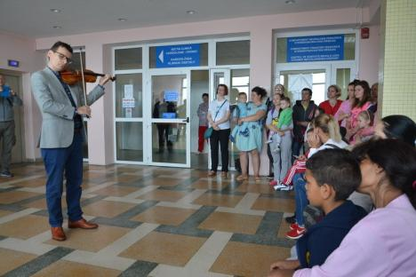 Meloterapie: Celebrul violonist Alexandru Tomescu le-a cântat copiilor din Spitalul Municipal Oradea cu vioara Stradivarius Elder - Voicu (FOTO/VIDEO)