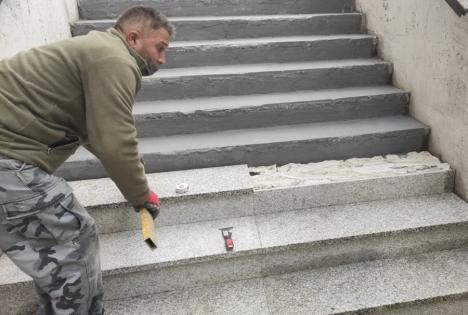 Lucrările de reabilitare a pasajului pietonal Magheru din Oradea au ajuns în faza refacerii treptelor (FOTO)