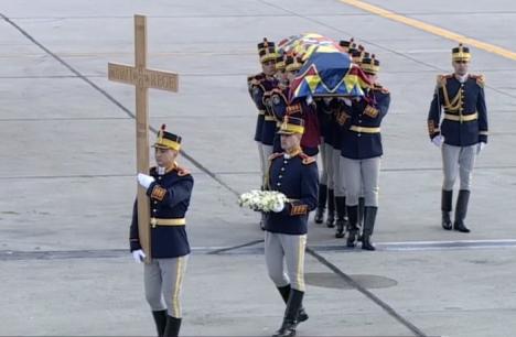 Regele s-a întors acasă. Sicriul cu trupul neînsufleţit al Regelui Mihai I a fost adus în România