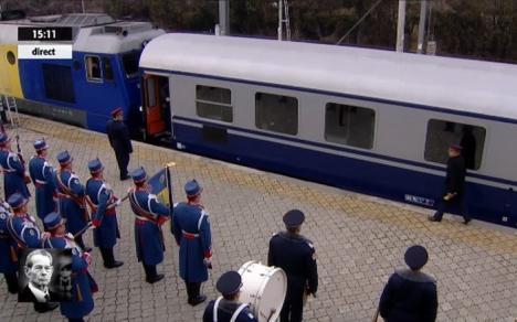 Ultimul drum: Trenul regal cu sicriul Majestăţii Sale Mihai I a pornit spre Curtea de Argeş (VIDEO)