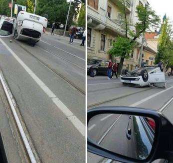Accident în Oradea: Un taxi a ajuns cu roţile-n sus pe Republicii. Şoferul şi pasagera au fost transportaţi la spital (FOTO / VIDEO)