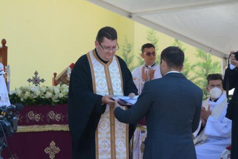 Resfințirea bisericii Haieu: Ambasadorulbihorean George Bologan a fost decorat în prezența Nunțiului Apostolic Miguel Maury Buendía (FOTO / VIDEO)