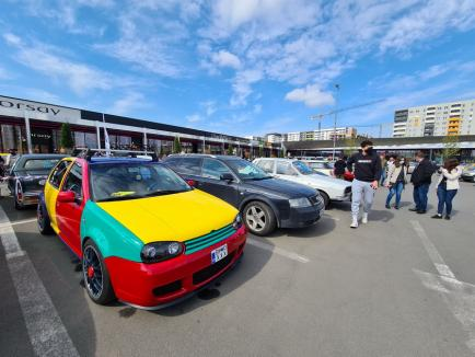 Maşini de epocă, scoase la paradă prin Oradea. Printre acestea, Mustang, Mercedes, Triumph, Citroen şi Volga (FOTO / VIDEO)
