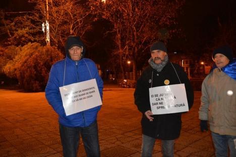 Protest şi de Revelion: Opt orădeni au stat 'de veghe în lanţul de sărbători' (FOTO)