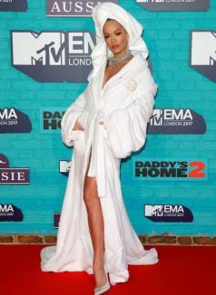 O celebră cântăreaţă a apărut în halat şi cu prosopul pe cap, la premiile MTV Europe Music Awards (FOTO)