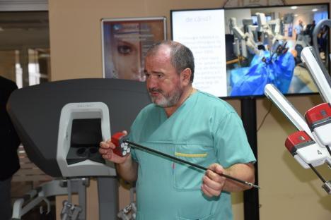 Revoluţie Hi-Tech în chirurgia din Oradea: Spitalul Pelican şi-a prezentat robotul chirurgical da Vinci, cel mai performant din lume (FOTO / VIDEO)