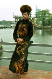 Unic în lume: rochia dintr-un milion de metri de fire de păr (FOTO)