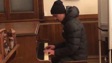 Alegător cu talent: Un român a cântat la pian, într-o secţie de votare din străinătate (VIDEO)