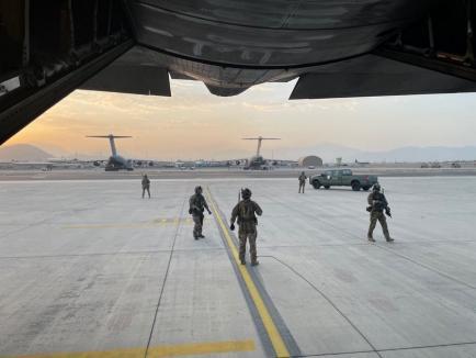 15 români din Afganistan au ajuns acasă, cu o aeronavă C-130 Hercules. Cum s-a desfăşurat misiunea (FOTO / VIDEO)