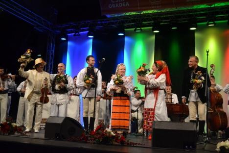 Seară românească: Vedetele muzicii populare s-au prins în horă cu orădenii în spectacolul 'România ne uneşte!' (FOTO/VIDEO)