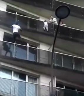 VIDEO viral. S-a căţărat până la etajul 4 al unui bloc pentru a salva un copil atârnat de balcon!