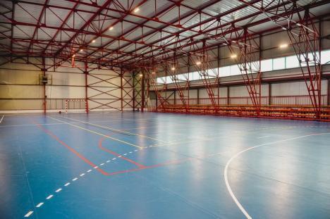 Faceţi mişcare! Modernizată cu peste 150.000 de euro, sala de sport din Aleşd s-a redeschis