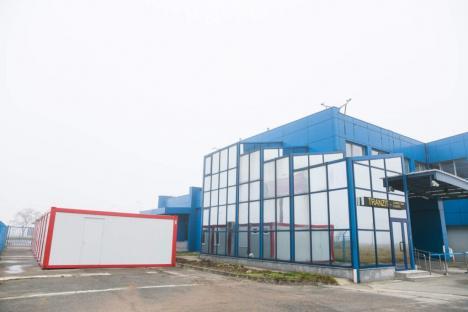 Soluţie temporară: Până la finalizarea lucrărilor la noul terminal, pasagerii de pe Aeroportul Oradea au un salon de staţionare