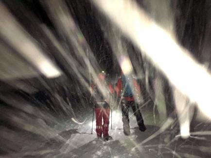 Aventură vecină cu moartea: Doi turişti unguri au petrecut noaptea în Munţii Bihorului, în frig şi vânt puternic, după ce s-au rătăcit