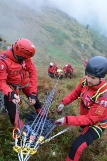 Exercițiu în munți: Au salvat o persoană rănită în zona vârfurilor Cornu Munților și Fântâna Rece (FOTO)