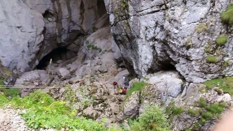 Turist cu piciorul fracturat, salvat de la Cetăţile Ponorului, după o intervenţie de 5 ore (FOTO)