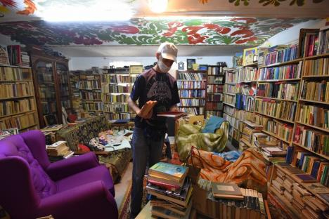 Salvatorii de poveşti: Doi orădeni adună cărţile aruncate de alţii la gunoi şi le redau celor dornici să le citească (FOTO)