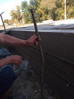 Prizonieri în curți: Reabilitarea DN 76 le blochează accesul în gospodării sătenilor din Sâmbăta și Brătești (FOTO)