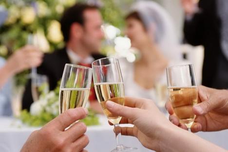 Nuntă cu 39 de participanţi în Beiuş, închisă de poliţişti. Ce 'daruri' le-au lăsat forţele de ordine