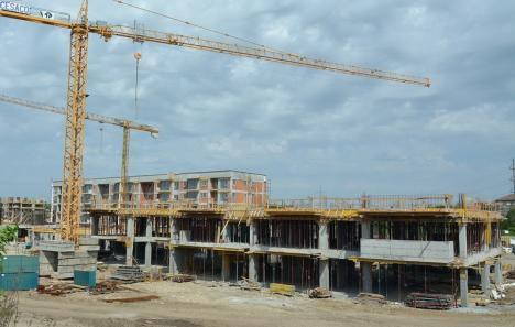 Dezbatere publică: Primăria Oradea va introduce utilităţile în blocurile noi, luând la schimb parcările