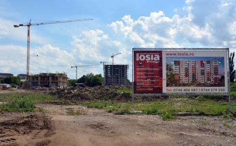 Miros suspect în Ioşia: Substanţe urât mirositoare, 'îngropate' de Sinteza, scoase la suprafaţă pe şantierul viitoarelor blocuri de pe strada Oneştilor