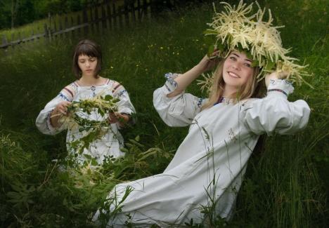 Zâne în Oradea: Tradiții și cântece de sărbătoarea Sânzienelor în centrul oraşului