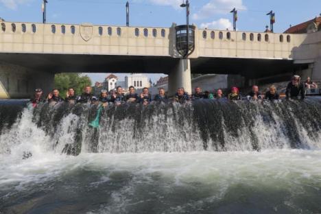 Acțiune inedită de ecologizare în centrul Oradiei. Albia Crișului Repede a fost curățată de scafandri voluntari (FOTO)