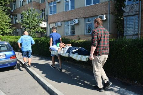Circ şi scandal: 'Bunul Samaritean' care adună persoane fără adăpost la Dumbrava a dus patru din ei pe targă la CAS Bihor (FOTO/VIDEO)