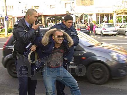 Poliţişti umiliţi de un interlop: Îi scuipă şi le loveşte maşina cu picioarele