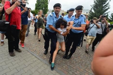 Scandal în Cluj: Tânără pro-LGBT, luată pe sus de jandarmi de la un miting pentru familia tradiţională (VIDEO)