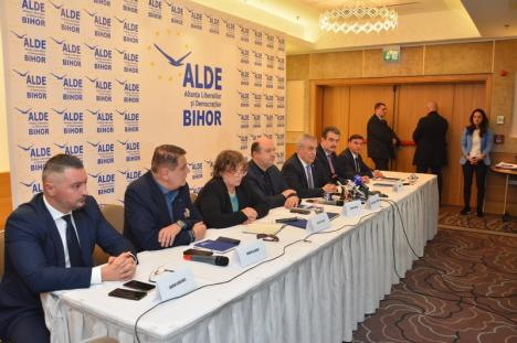 VIDEO ȘOCANT: Incident la conferinţa de presă a preşedintelui ALDE, Călin Popescu Tăriceanu! Membrii 'Oradea Civică', luaţi pe sus de agenţii de pază! (FOTO)