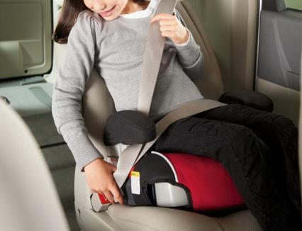 Transportată fără scaun special de mașină, o fetiţă de şase ani a fost rănită grav într-un accident pe DN19