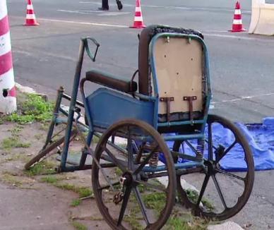Beiuş: A acroşat cu maşina de butelii o bătrânică în scaun cu rotile şi a fugit de la locul accidentului
