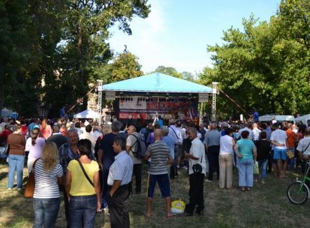 """Trei zile de folclor în Parcul Bălcescu la festivalul """"Mândru-i cântecu-n Bihor"""""""