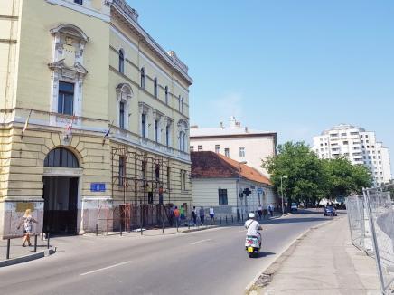 Începe reabilitarea clădirii Primăriei Oradea. Constructorii montează schelele la baza turnului clădirii