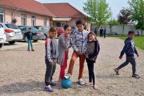 Şcoala Victoriei: Peste 200 de copii învaţă să scrie şi să citească la singura şcoală din Bihor înfiinţată în inima unui cartier ţigănesc (FOTO/VIDEO)