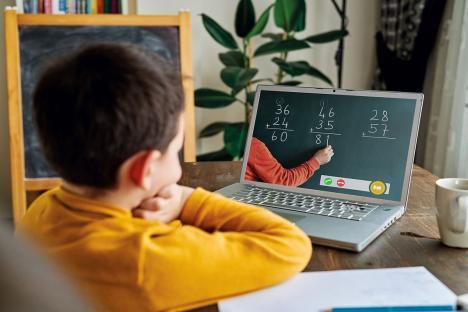 Mai bine de o zecime din elevii bihoreni urmăresc lecţiile de acasă, pe internet, iar 18 profesori predau din izolare