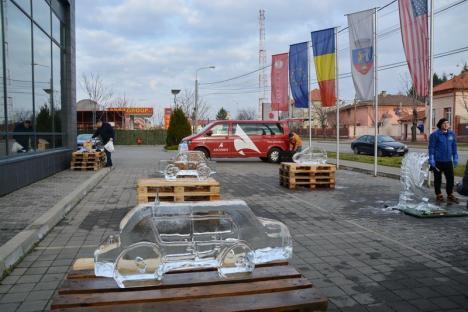 Inedit în Oradea: Maşini sculptate în blocuri de gheaţă (FOTO)