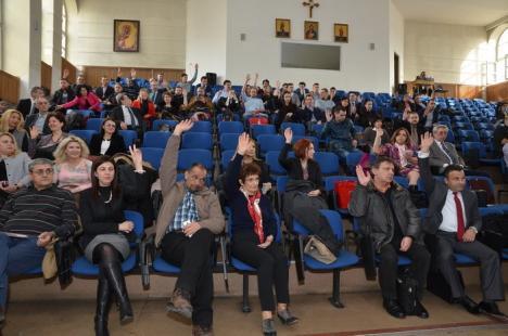 Fără cvorum: Noii şi vechii senatori ai Universităţii, reuniţi în şedinţă festivă (FOTO)