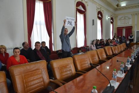 Circ în Consiliul Judeţean: Angajaţii riscă să nu-şi ia salariile, Bodea şi-l donează pe al lui bătrânilor de la Dumbrava (FOTO/VIDEO)