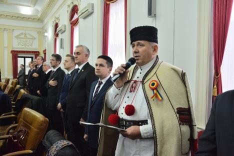 Şedinţă festivă de 1 Decembrie, la Consiliul Judeţean Bihor. 'Aurel Lazăr' le-a spus aleşilor: 'Aveţi grijă de ţară!' (FOTO)