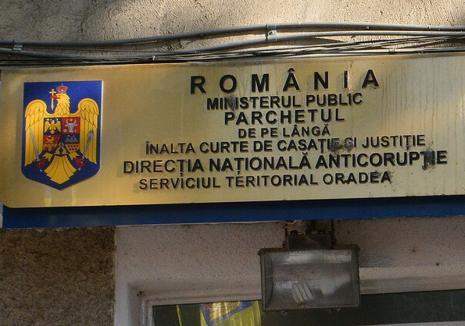 Dosarul sentinţelor false pentru fentarea taxei auto: După 6 ani de anchetă, DNA Oradea a inculpat o singură grefieră