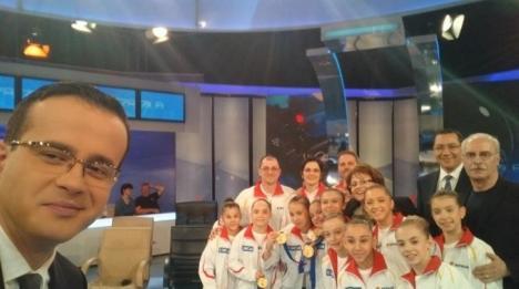 Victor Ponta, într-un selfie electoral cu gimnastele campioane