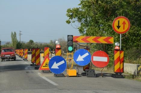 Arestare la Beiuş: Doi tineri au fost prinşi în maşină cu un semafor temporar furat de pe DN 76