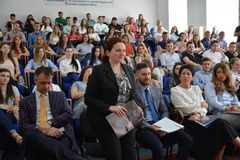 Studenţii de la Drept primesc lecţii de la profesioniştii absolvenţi ai acestei facultăţi (FOTO)