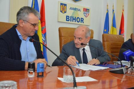 La 3 ani după un ritual similar, şeful CNAIR a semnat la Prefectura Bihor un nou contract pentru 5,35 km din cei 60 km ai tronsonului bihorean al Autostrăzii
